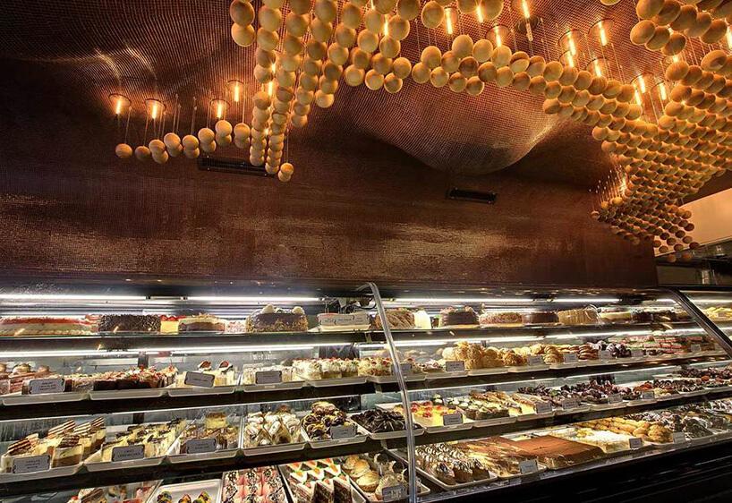 złote kule podwieszone pod brązowym sufitem nad ladą