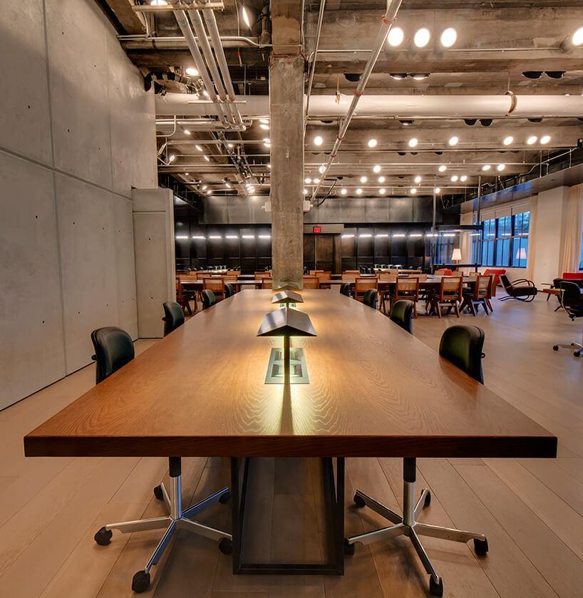 duży stół wsali konferencyjnej