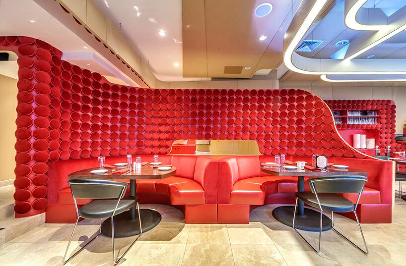 wyjątkowy sufit wczerwonym wnętrzu