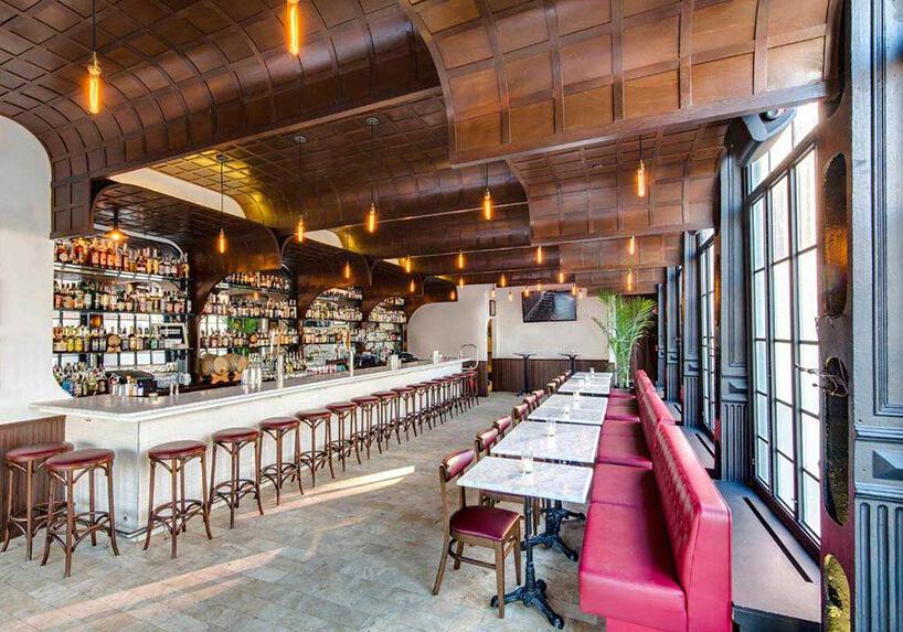 restauracja zdrewnianymi opadającym sufitem