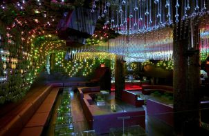 kolorowo oświetlone ciemne wnętrze klubu