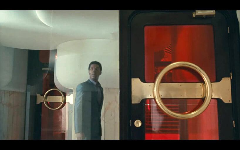 mężczyzna za szklanymi drzwiami