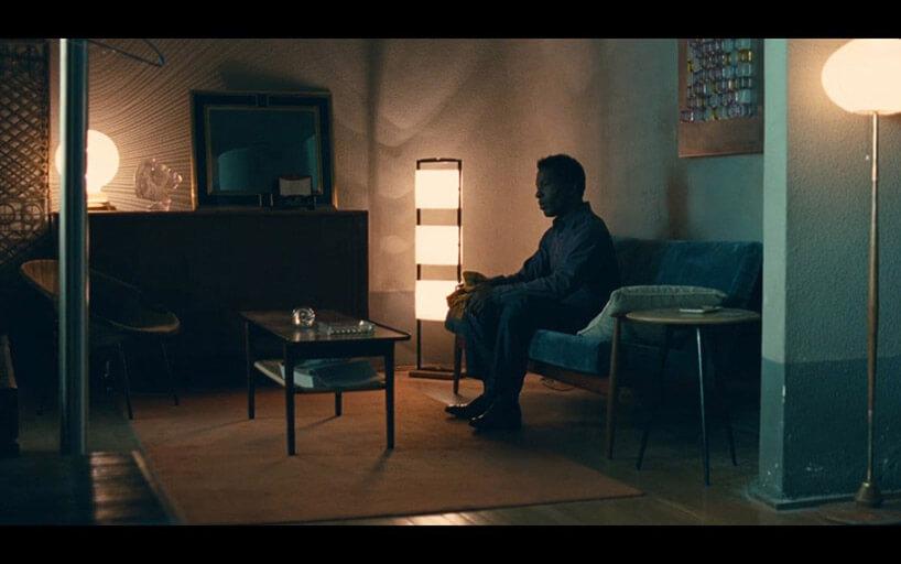 mężczyzna siedzący wsłabo oświetlonym pokoju