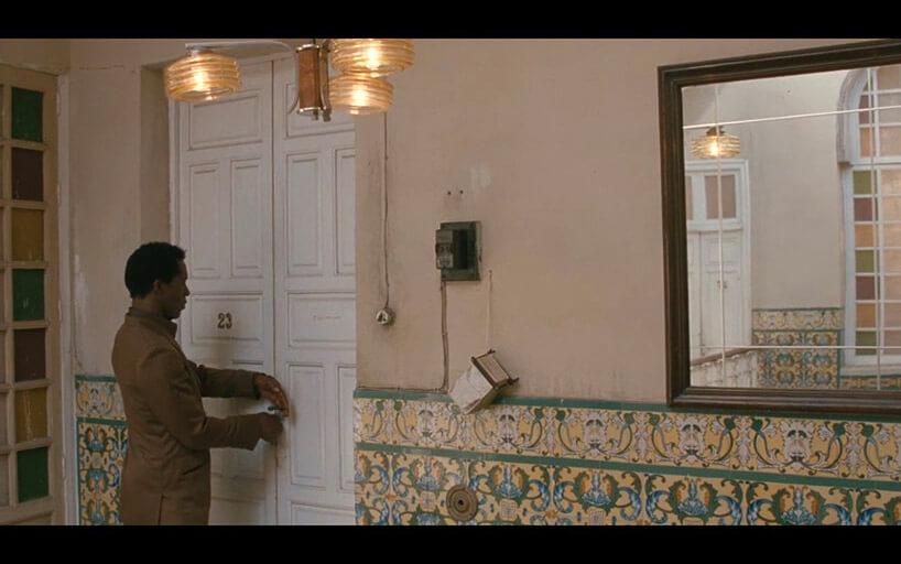 mężczyzna otwierający białe drzwi