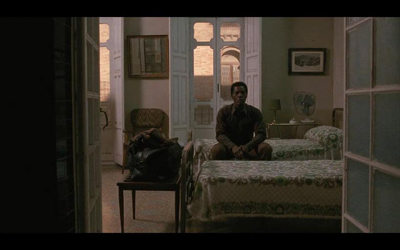 mężczyzna siedzący na łóżku whotelu