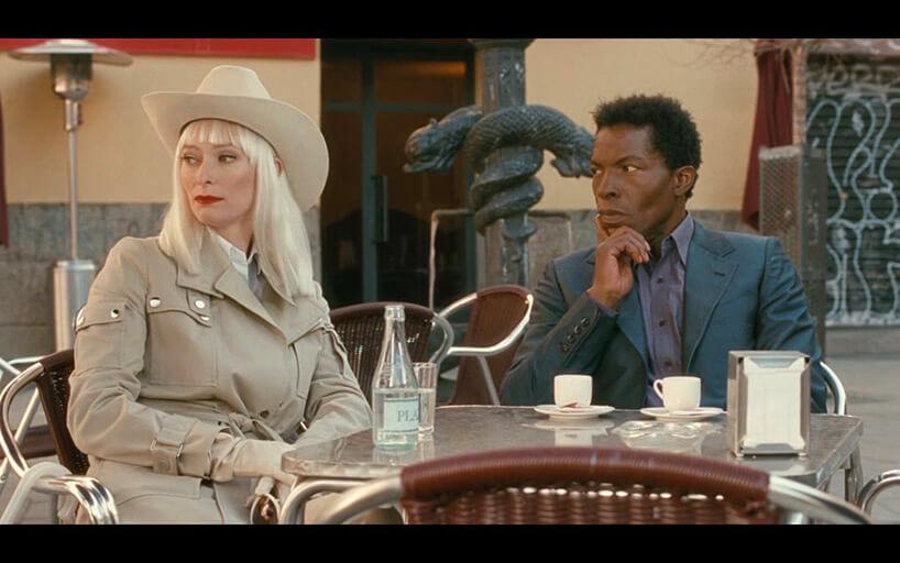 mężczyzna ikobieta siedzący przy kawiarnianym stoliku