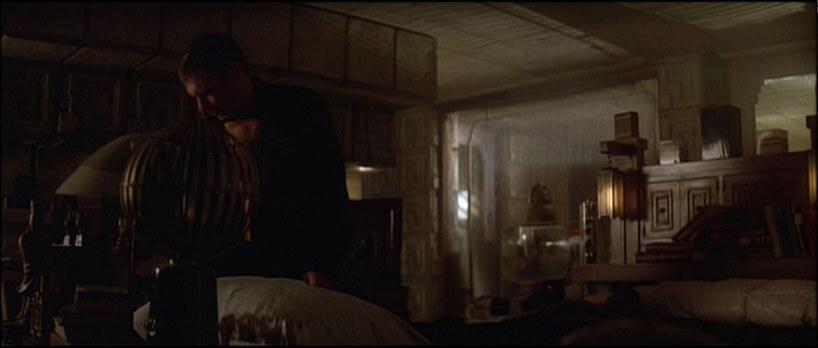 mężczyzna wzagraconym ciemnym apartamencie