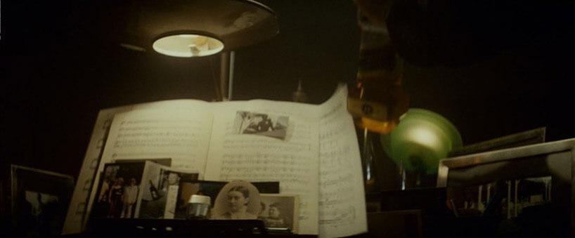 nuty oraz stare zdjęcia pod pod lampą