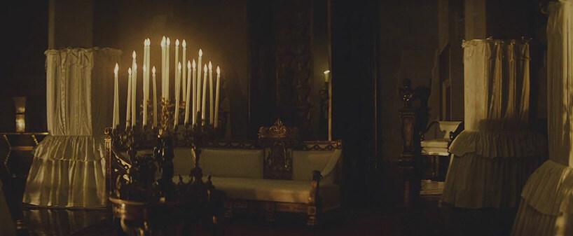 wystawne królewskie wnętrze zdużym świecznikiem