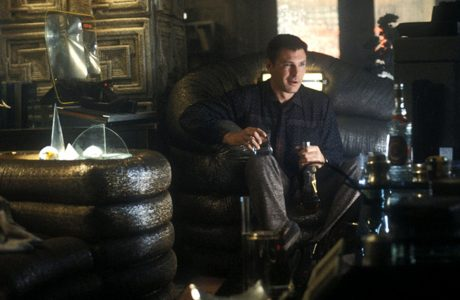Harisson Ford przed telewizorem w futurystycznym fotelu