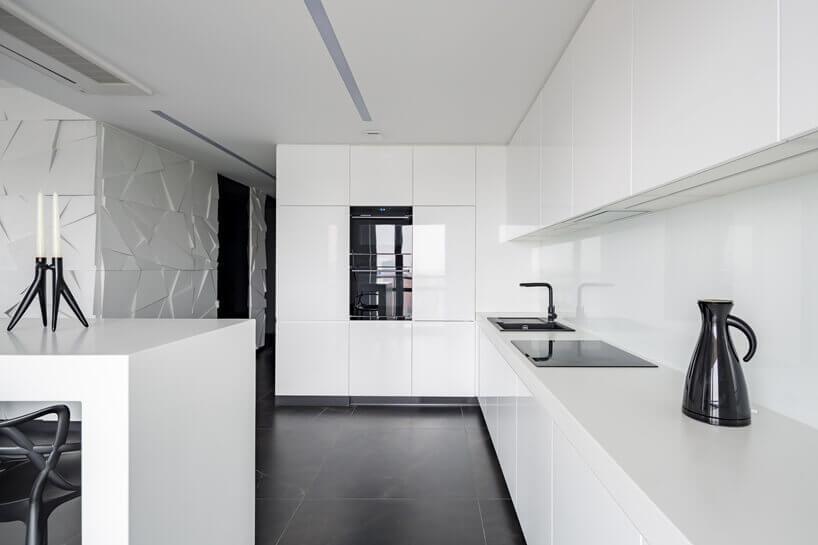 biały stół ianeks kuchenny zczarnym piecem indukcyjnym izlewozmywakiem