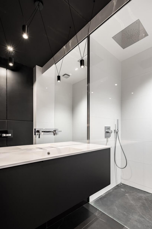 duża umywalka czarno biała iprysznic zbiałymi płytkami