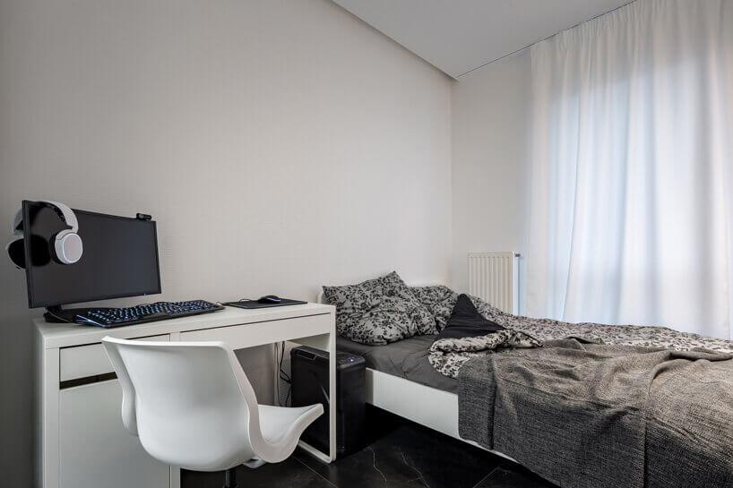białe biurko łóżko ikrzesło