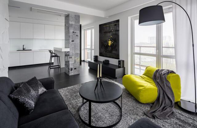 czarno-białe wnętrze apartamentu z zielonym siedziskiem