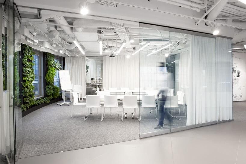 zielona biała sala konferencyjna