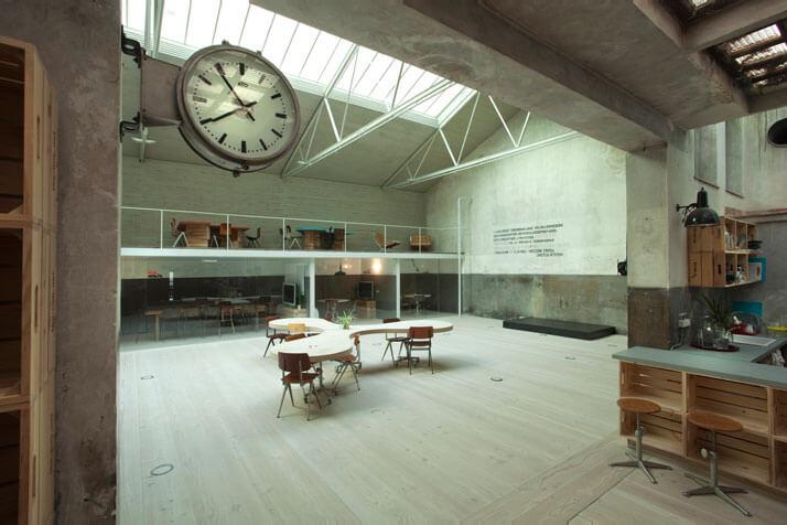 biały zegar stół zdrewnianycgh skrzynek ikolorowa kuchnia