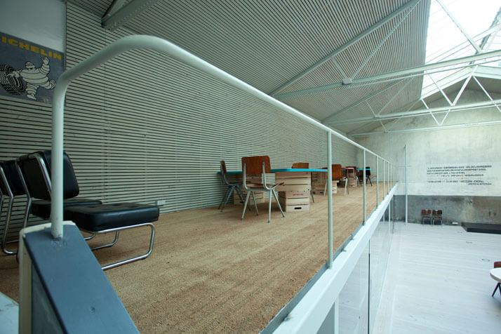 drewniana podłoga znowoczesną ścianą