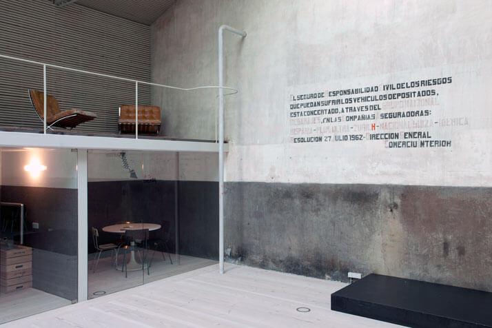 betonowa ściana znapisem