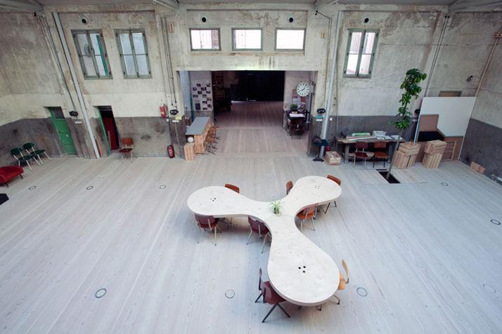 duży stół wstarym przemysłowym wnętrzu
