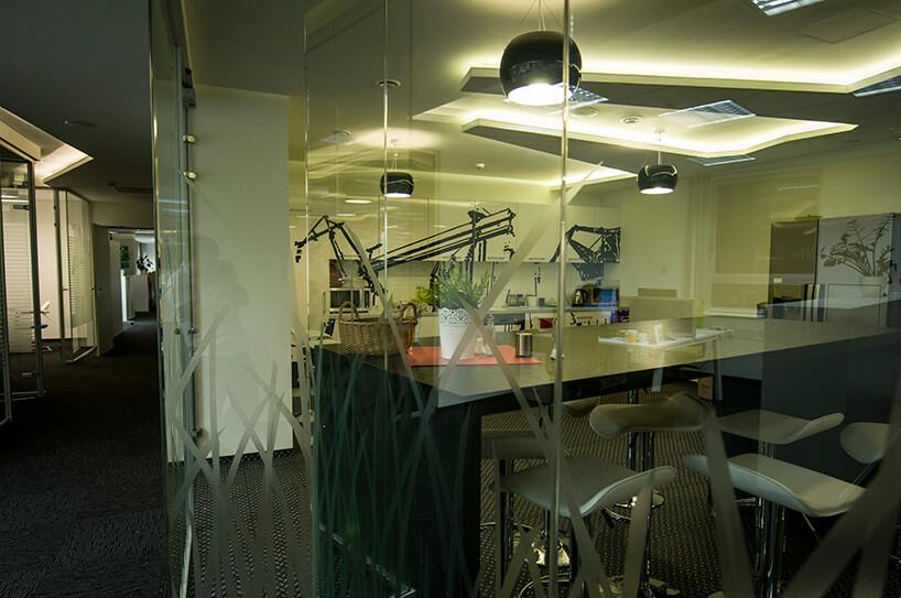 pokój oddzielony szklaną ścianą