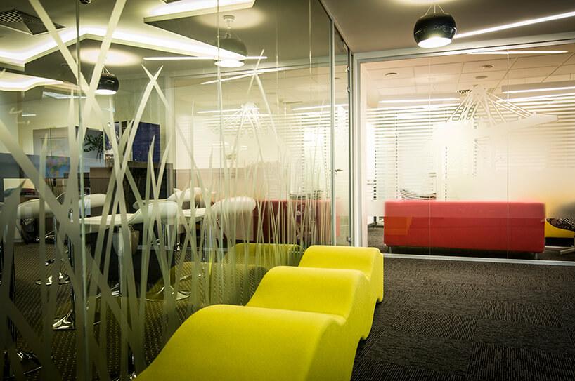 żółta kanapa przy szklanej ścianie