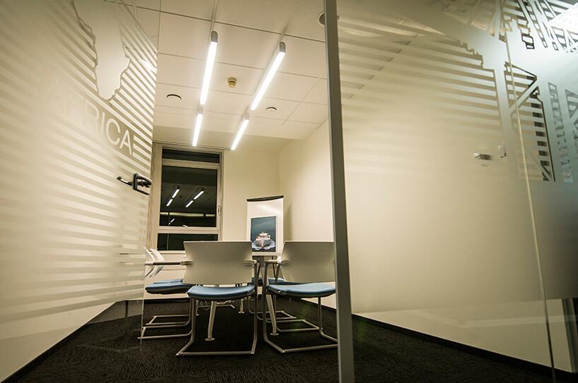 biała sala konferencyjna zszklanymi drzwiami