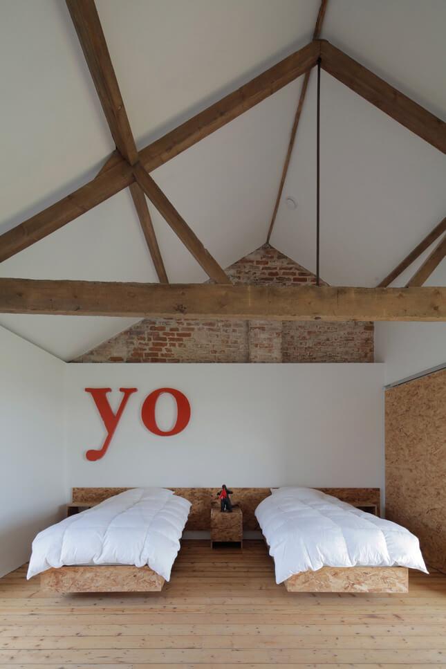 czerwone litery nad łóżkiem