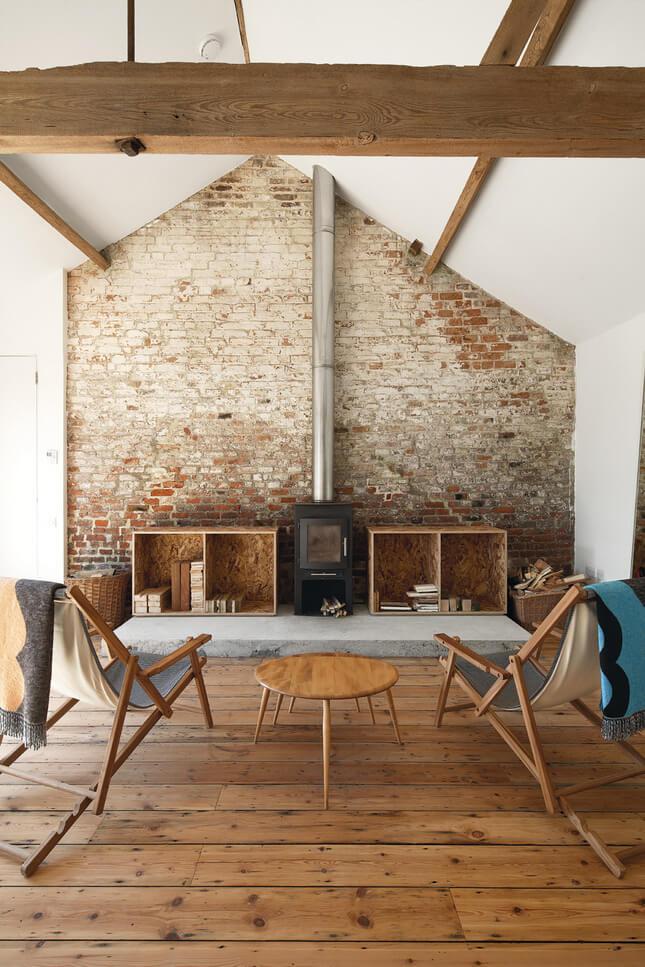 drewniane ładne krzesła naprzeciwko ceglanej ściany