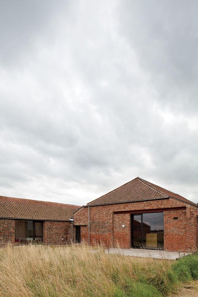 dom zcegły na polu