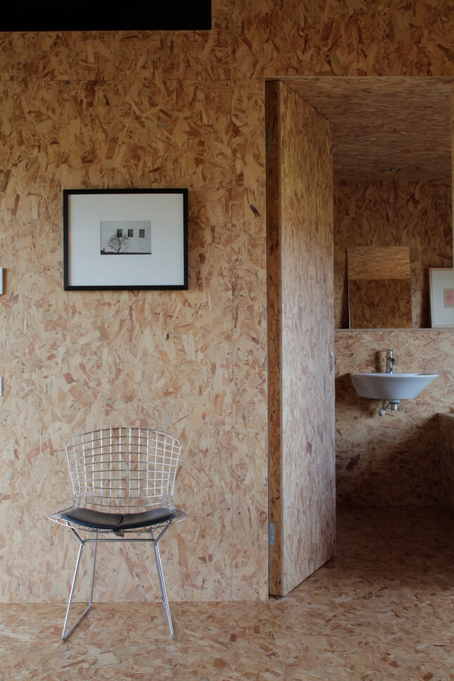 srebrne krzesło przy drewnianej ścianie