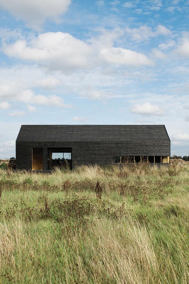 ciemny dom na polanie