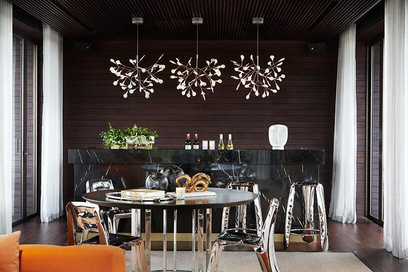 ekskluzywne wnętrze rezydencji od AEDI Interior czarna wyspa barowa zwysokimi błyszczącymi stołkami