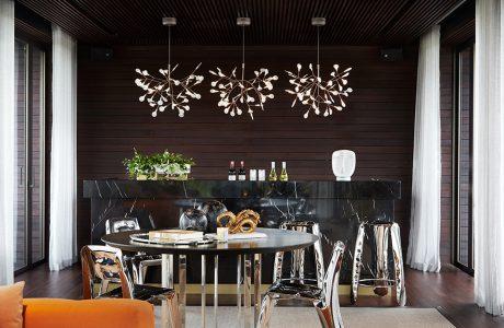 ekskluzywne wnętrze rezydencji od AEDI Interior czarna wyspa barowa z wysokimi błyszczącymi stołkami
