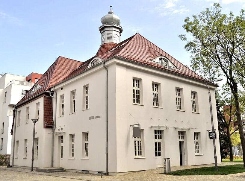 biały stary pałacyk zczerwonym dachem