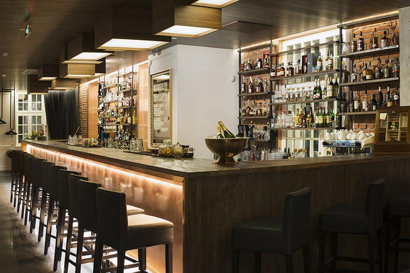 widok na bar wciemnym wnętrzu