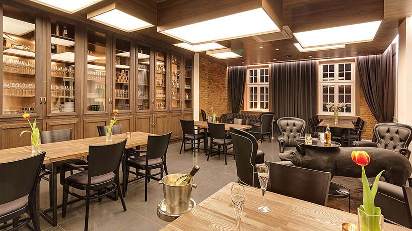 wnętrze restauracji zklasycznymi meblami
