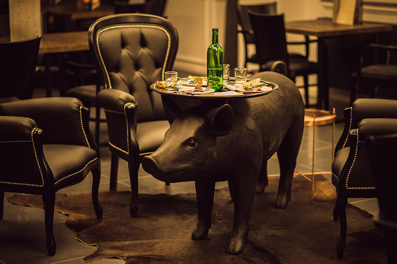stolik kawowy na postumencie ciemnej świni