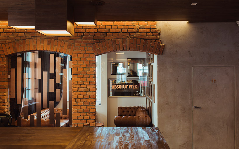 wejście do restauracji wstarej ceglanej ścianie