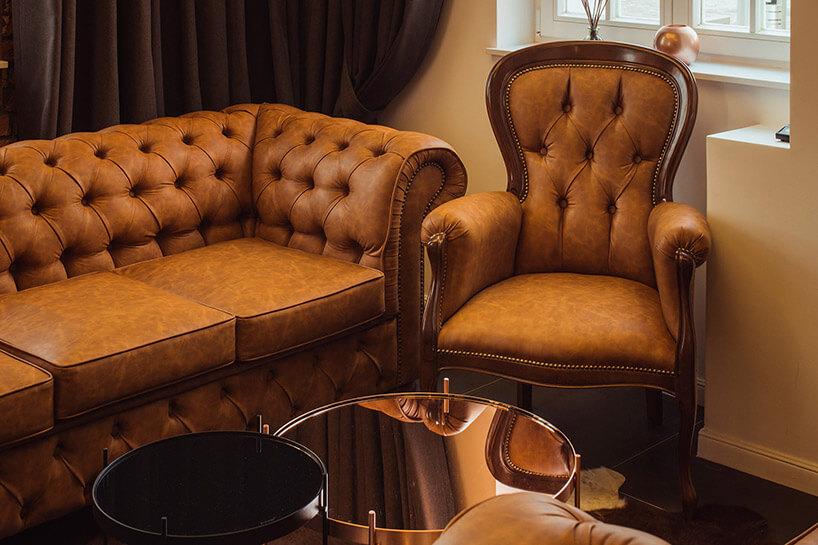 stara sofa ofotel we wnętrzu restauracji