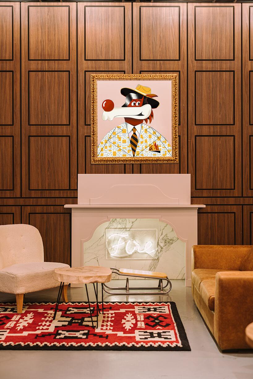 wnętrze hotelu ibis Styles Sarajevo od MIXD wyjątkowy plakat wramie na tle drewnianej ściany