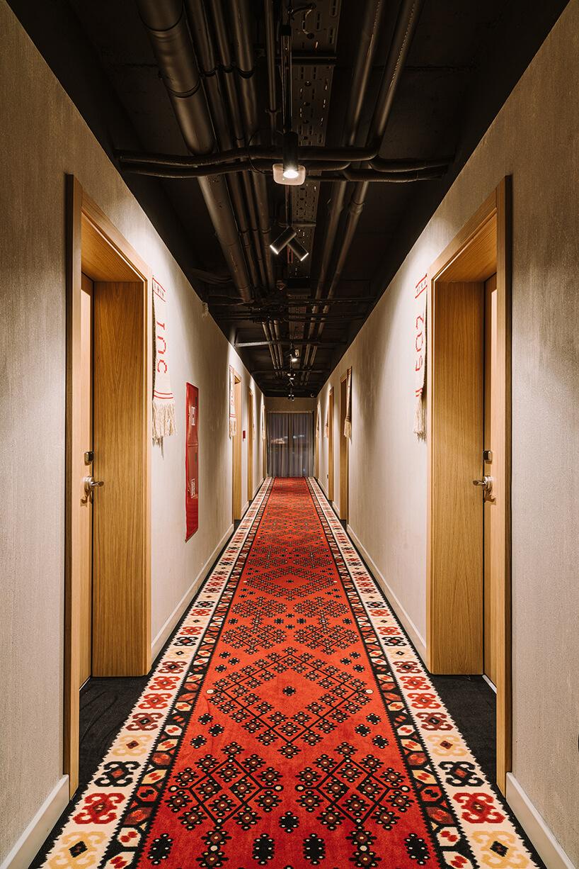 korytarz wnętrze ibis Styles Sarajevo od MIXD zwzorzystym długim dywanem