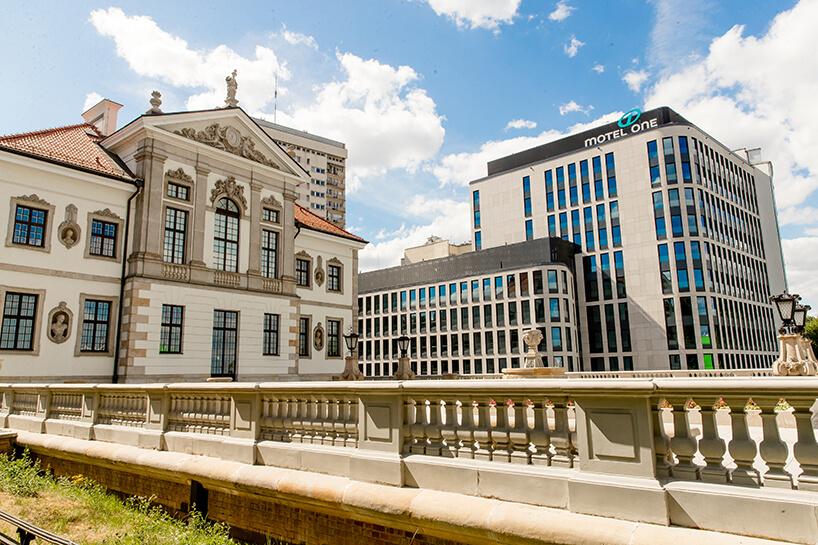 nowoczesna bryła Motelu ONE wtle zabytkowego Muzeum Fryderyka Chopina