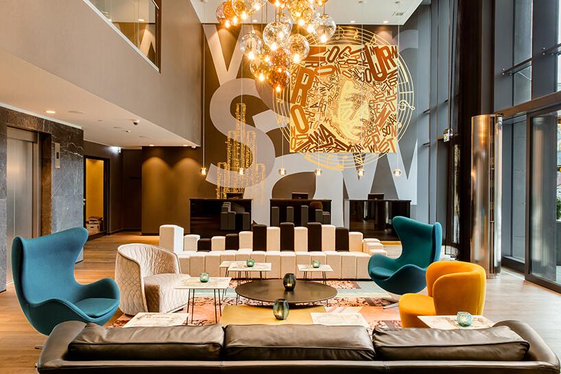 eleganckie wnętrze Motelu One rózne formy foteli wraz zsofą zoparciem wmotywie klawiszy fortepianu