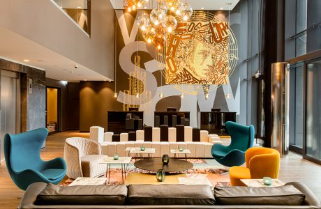 eleganckie wnętrze Motelu One rózne formy foteli wraz z sofą z oparciem w motywie klawiszy fortepianu