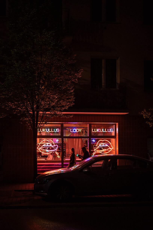 Lukullus lodziarnia Warszawa zzewnątrz nocą