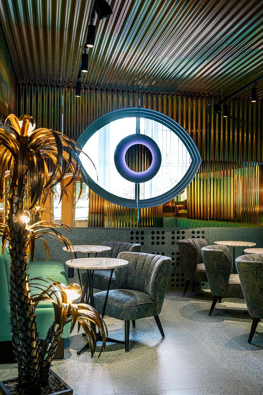 duża dekoracja wnętrza wkształcie oka we wnętrzu Lukullus lodziarnia Warszawa