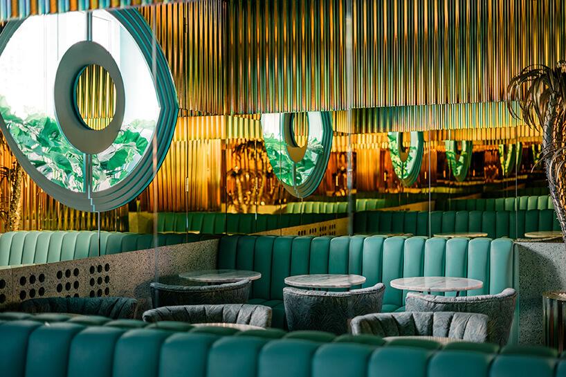 stoliki zfotelami ikanapami we wnętrzu kilka stolików zzielonymi fotelami we wnętrzu Lukullus lodziarnia Warszawa