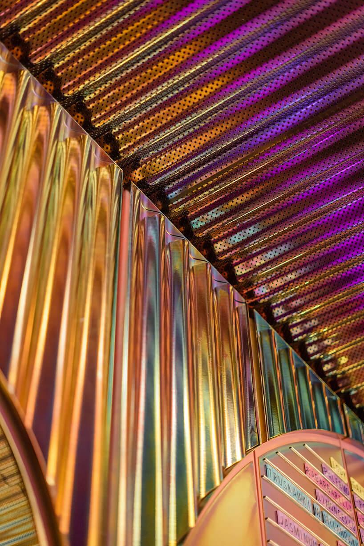 wykończenie zbłyszczących rurek we wnętrzu kilka stolików zzielonymi fotelami we wnętrzu Lukullus lodziarnia Warszawa