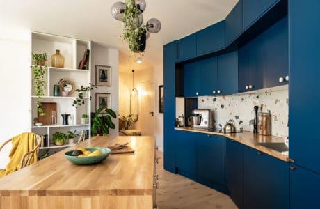 Od niebieskiej kuchni w nietypowej wnęce po sztukę i rośliny: mieszkanie we Wrocławiu