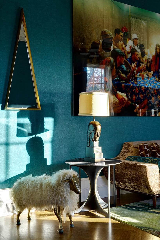 wyjątkowa lampka nocna zodlewem głowy jako podstawą obok metalowej owcy